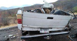 Choque entre tráiler y camioneta deja 7 muertos en Michoacán