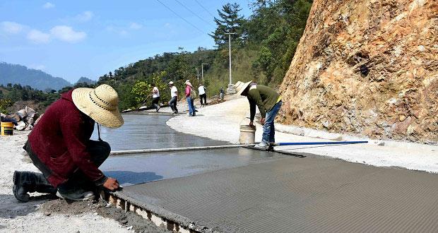 Avanza pavimentación de calle en comunidad de Huitzilan de Serdán