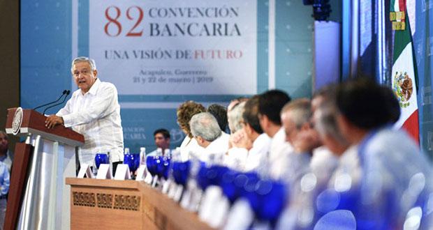 AMLO pide a banqueros bajar comisiones a remesas y promete no regular