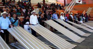 Ayuntamiento de Huitzilan entrega láminas para techos de viviendas