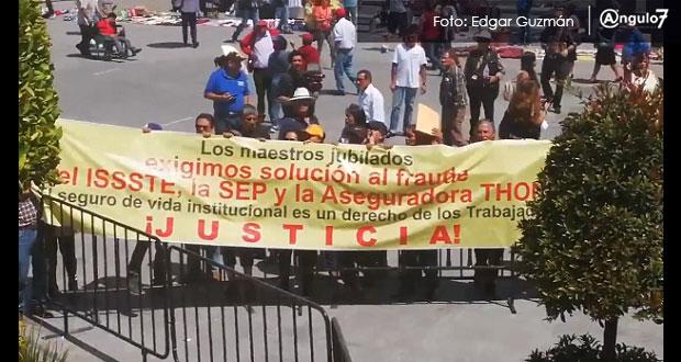 En evento de AMLO, maestros se manifiestan y acusan a aseguradora de fraude