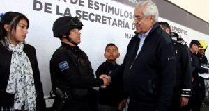 Gobierno estatal entrega estímulos y ascensos a policías de la SSP