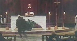 Hieren con cuchillo a sacerdote mientras oficiaba misa en Canadá