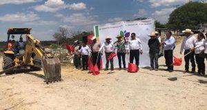 Inician y entregan obras en localidades de Santa Inés Ahuatempan