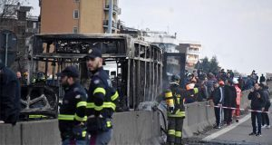 En Italia, conductor secuestra autobús con 51 niños y lo quema