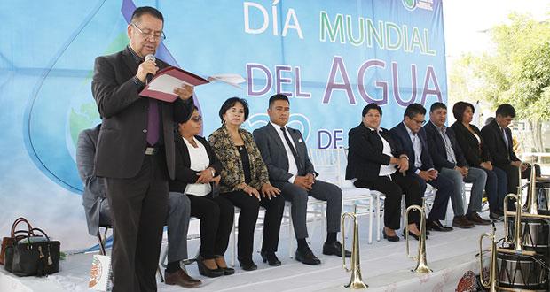 Pérez entrega cheque de $60,000 y bebederos en centro escolar