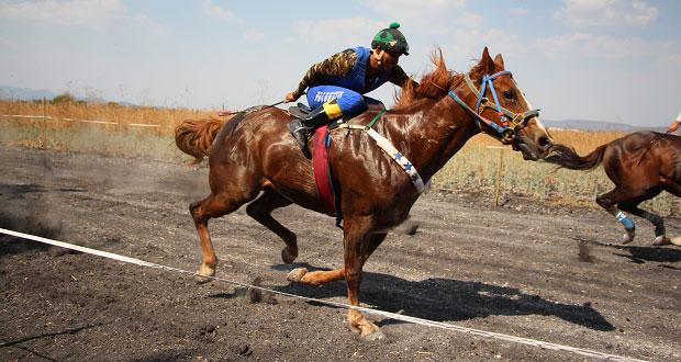 Realizan carrera de caballos en Tepexi de Rodríguez