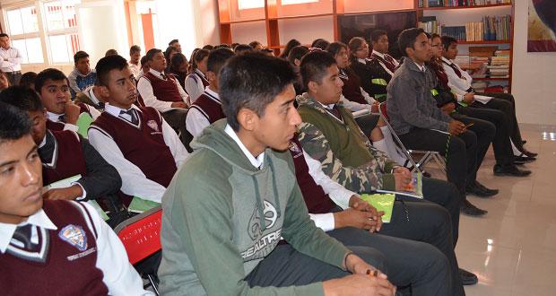 En conferencia, exhortan a alumnos de Tepexi a estudiar periodismo