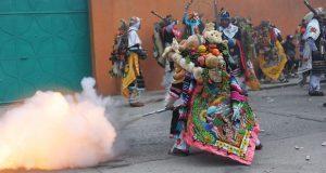 Carnaval en Puebla se tiñe de rojo: muere huehue en Huejotzingo