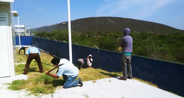 Comuna y vecinos limpian áreas verdes en centro de salud de Atexcal
