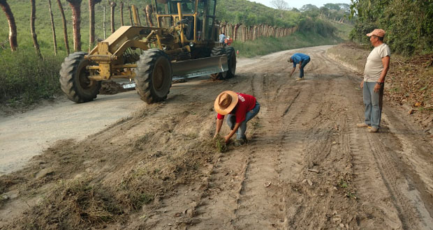 Pobladores hacen faena para rehabilitar tramo carretero de Acateno