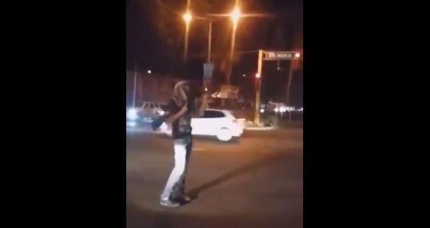 En calles de Culiacán, hombre es captado disparando bazuca y pistola