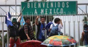 Juez prohíbe a gobierno de EU hacer esperar a migrantes en México