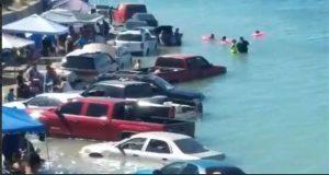 En Sonora, marea viva sorprende a bañistas y arrastra sus autos