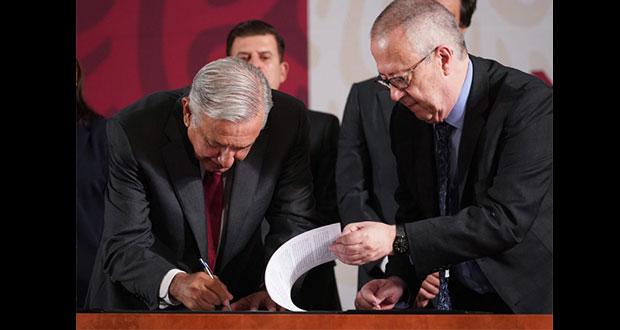 """AMLO firma con 3 bancos para """"refinanciar"""" deuda de Pemex por 2.5 mmdd"""
