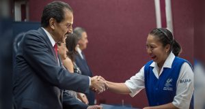 Alfonso Esparza entrega 60 definitividades a personal no académico