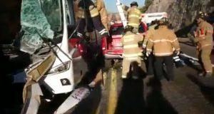 Autobús choca contra camión en Durango; hay 5 muertos y 20 heridos