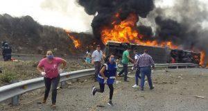 Autobús y tráiler colisionan en la Puebla-Orizaba; reportan 20 calcinados