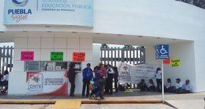 Docentes del GNTE bloquean SEP en Puebla para exigir resolver quejas