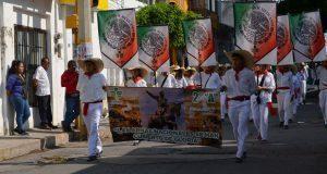 En Ixcaquixtla, escuelas participan en desfile por 5 de Mayo
