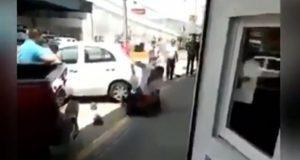 Hombre golpea a otro por patear a perrito callejero en Morelia