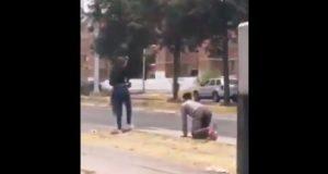 Joven gatea en la calle presuntamente para que lo perdonen