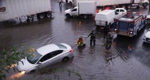 Lluvia deja inundaciones y afectaciones a plaza en la Angelópolis