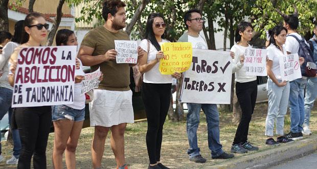 Poblanos protestan contra las corridas de toros afuera del Relicario