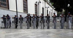 Policías de Maduro impiden acceso a Asamblea Nacional de Venezuela