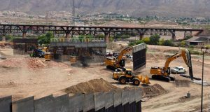 "Seguidores de Trump construyen muro ""privado"" en frontera con México"