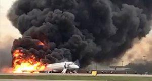Van al menos 41 muertos por incendio de avión en aeropuerto de Rusia