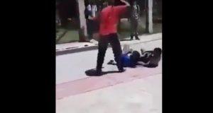 """Docente detiene pelea entre jóvenes a """"cinturonazos"""""""