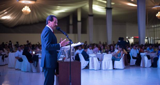 Maestros, héroes que luchan por mejora a jóvenes: rector de la BUAP