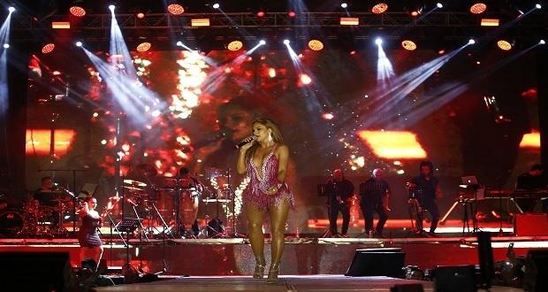 Mariana Seoane hace vibrar la Feria de Puebla con sus cumbias