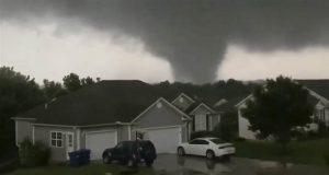 Fuerte tornado golpea a Missouri y deja tres muertos