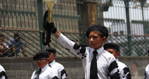 Bandas de Guerra escolares disputan premios en zócalo de Puebla