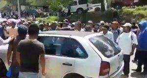 Campesinos bloquean Autopista del Sol y retienen a edil guerrerense