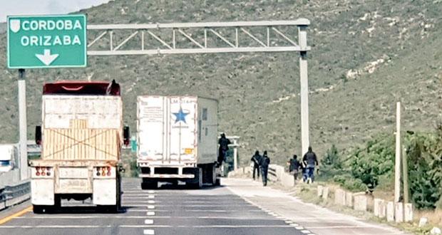 Captan en video asalto a camión en la Puebla-Orizaba a plena luz del día