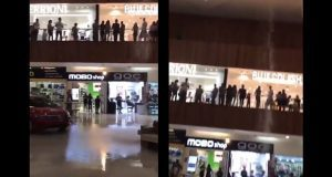 Centro comercial se inunda y músicos tocan canción de Titanic