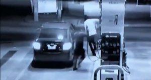 Empleado de gasolinera se defiende de asalto con pistola despachadora