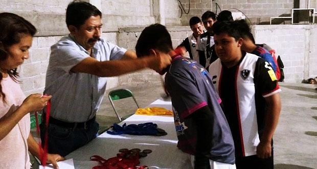 Entregan reconocimientos de torneo de fútbol en Atexcal