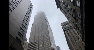 En NY, choque de helicóptero contra edificio deja piloto muerto
