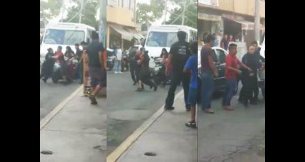 Hombres agreden a mujer policía para evitar arresto de otro