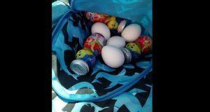 Niño lleva huevos y yogurt para dar a su amigo que no tiene comida