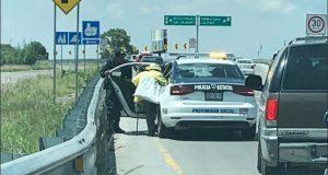 Policías estatales dan aventón a abuelito que caminaba sobre periférico