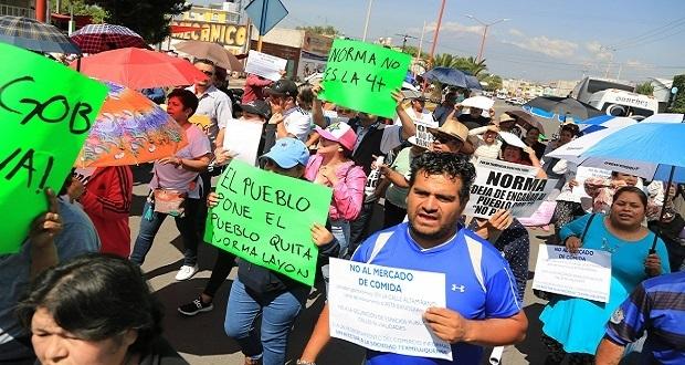 En visita de AMLO a Texmelucan, protestan para exigir salida de Norma Layón