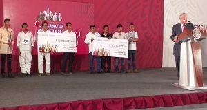 AMLO entrega 28 mdp recaudados en subasta a 2 municipios de Oaxaca