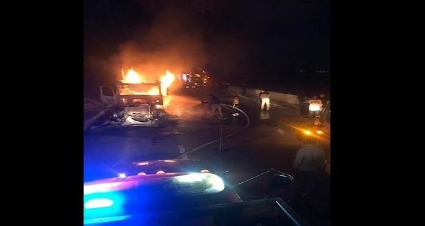 Tras tiroteo, comando incendia tractocamión en Acatzingo