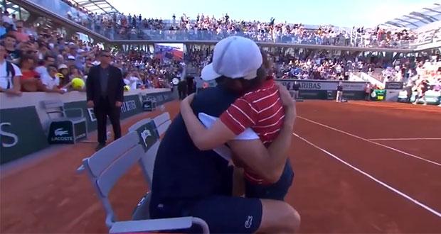 Hijo de tenista derrotado conmueve a rival y al Roland Garros