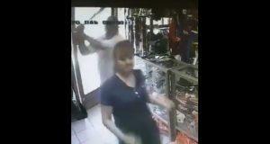 Procesan a sujeto captado golpeando con bate a mujer en Sonora